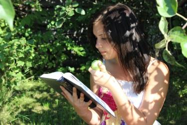 Соколова Анна. 'И пусть весь мир подождёт...'. Поощрительный приз конкурса в номинации 'Человек читающий' (возрастная группа 22-30 лет).