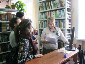Отдел обслуживания предоставляет читателям литературу, организует книжные выставки и мероприятия